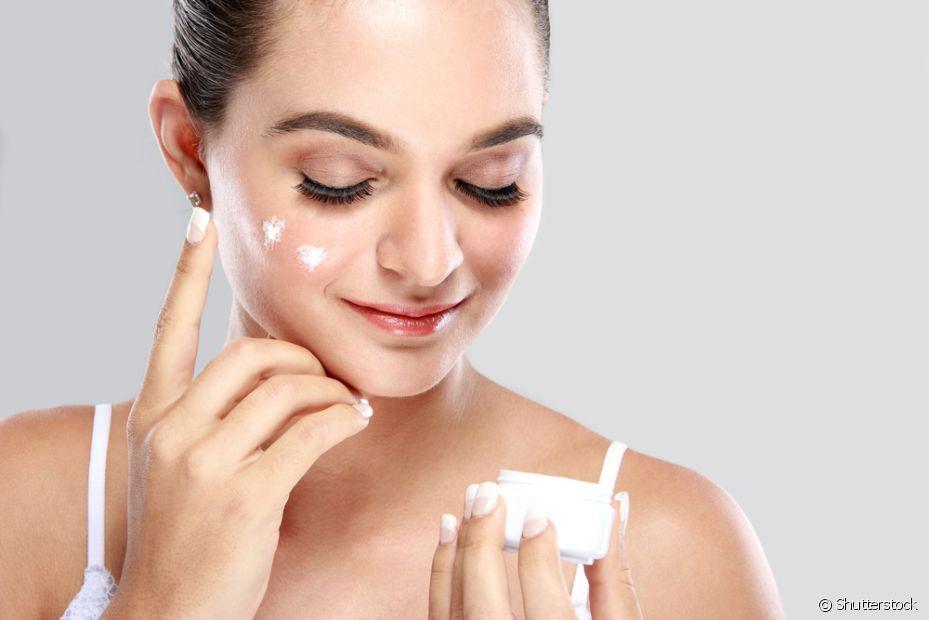 Após estar com seu rosto bem limpo, aplique o seu creme facial preferido. Mas use o produto indicado para o seu tipo de pele