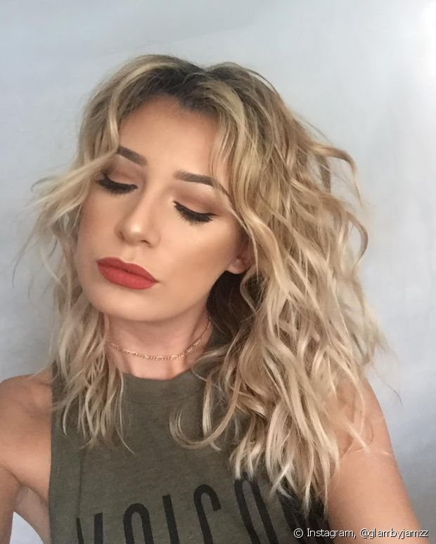 Segundo a cabeleireira Andrea Gomes, você pode investir em mechas loiras e cortar as pontas com coloração enquanto espera os cabelos brancos crescerem