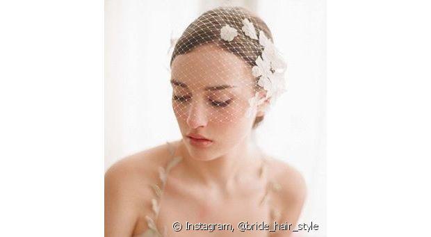 O voilette é um véu curtinho que cobre o rosto inteiro ou uma parte dele