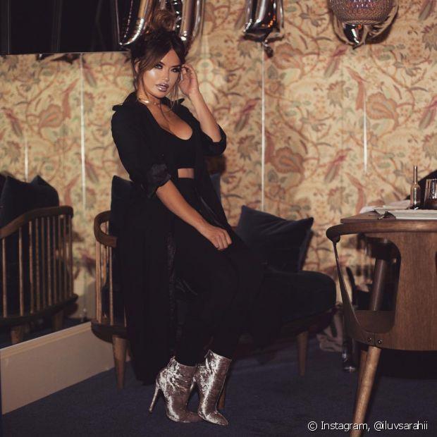 O look todo preto ganha um ponto de luz com a bota prateada