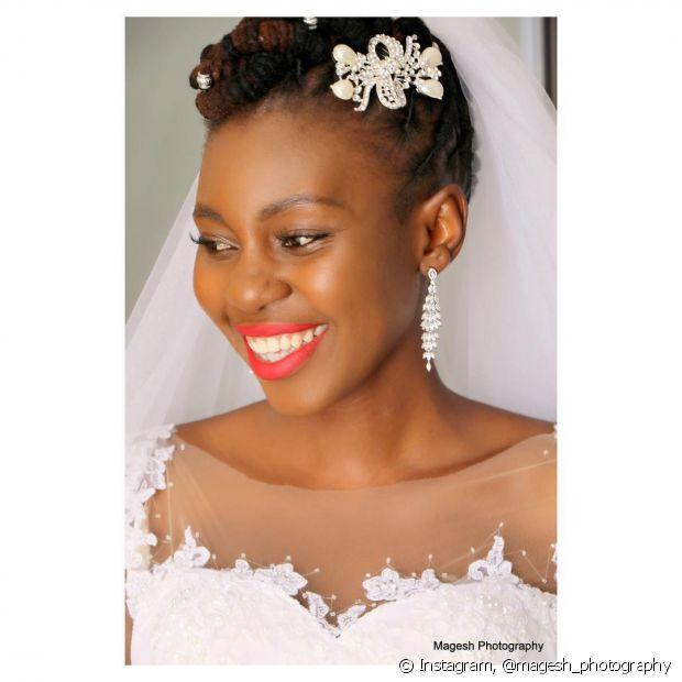 Véus, tiaras, flores ou presilhas podem ser usadas junto com as box braids