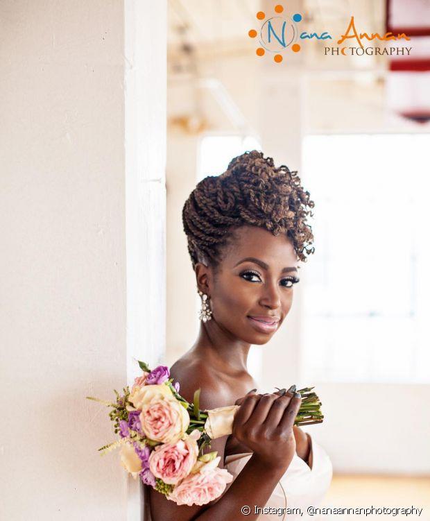 As descoladas box braids fazem uma mistura cheia de estilo com o sofisticado coque