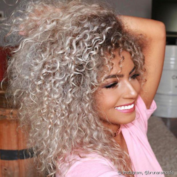 Quem tem cabelos naturalmente escuros, como preto e castanho, precisa descolorir as madeixas