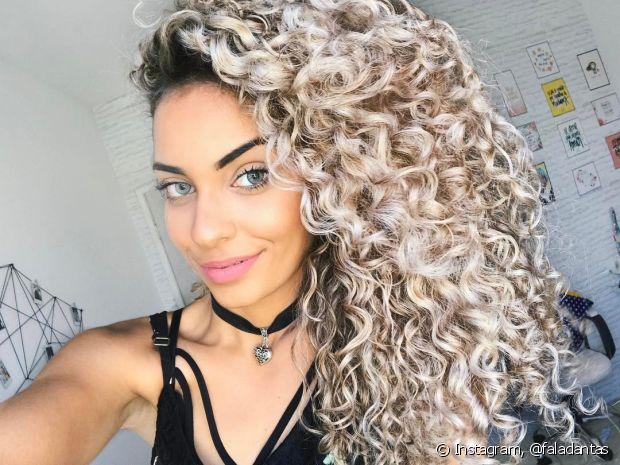 Faça uma hidratação poderosa para cuidar dos fios depois de usar o shampoo roxo no cabelo loiro