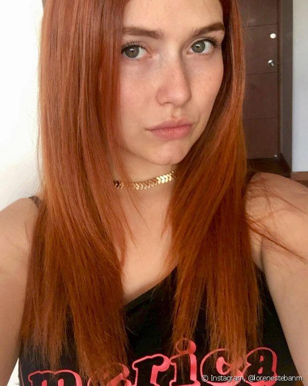 Os cabelos coloridos podem ficar manchados se ficarem presos durante o tempo de ação da coloração