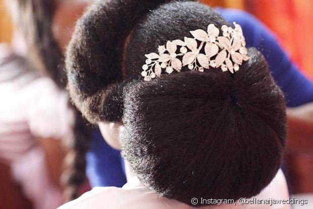 Vá em um cabeleireiro que você confie para fazer seu penteado de casamento. Nossa galeria tá cheia de inspirações para as noivas de cabelo crespo