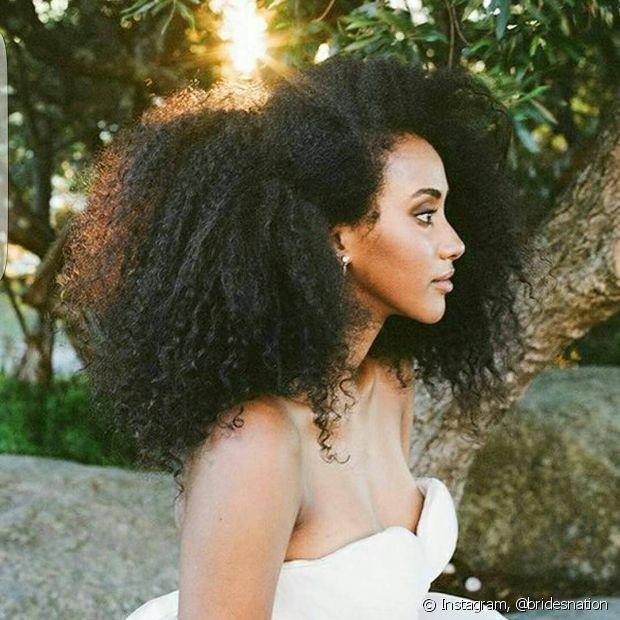 Está liberado volume no cabelo crespo no dia do casamento? Está sim!