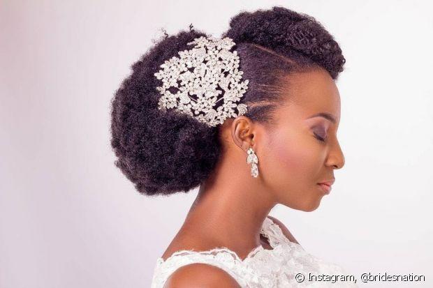 Presilhas, tiaras e headbands incrementam o penteado da noiva de cabelo crespo para o casamento