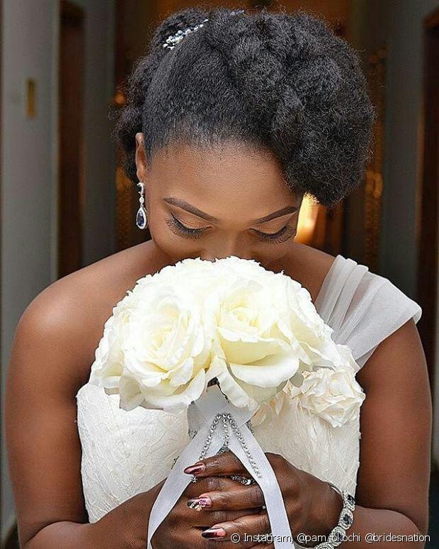 Os penteados mais elaborados também ficam lindos em noivas de cabelo crespo