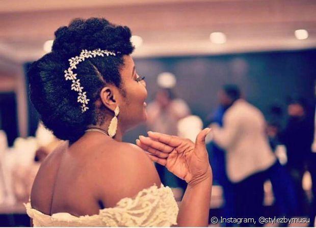 Olha essa noiva de cabelo crespo com um estilo tipo moicano. Gostou?