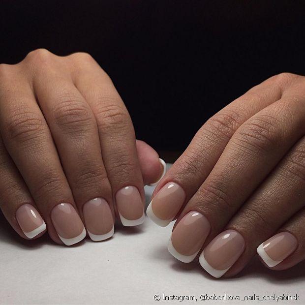 A base deve ser sempre aplicada antes do esmalte. Caso suas unhas estejam fracas, use uma com poder fortalecedor
