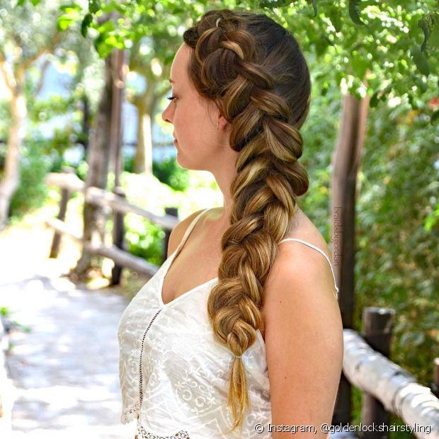 A tradicional trança lateral embutida é muito bem-vinda no visual das noivas