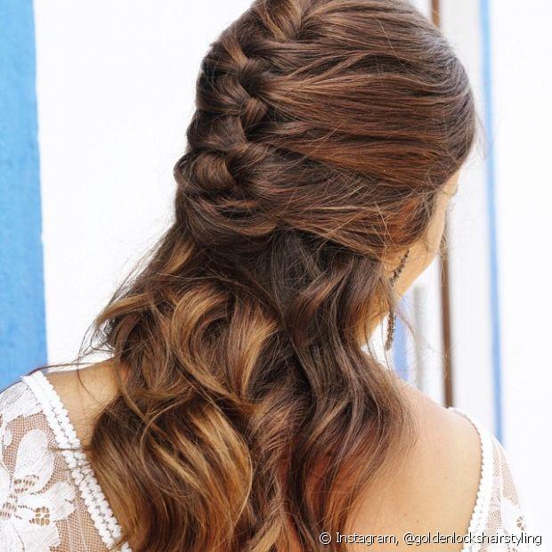 A trança embutida pode ser feita em um penteado semipreso também