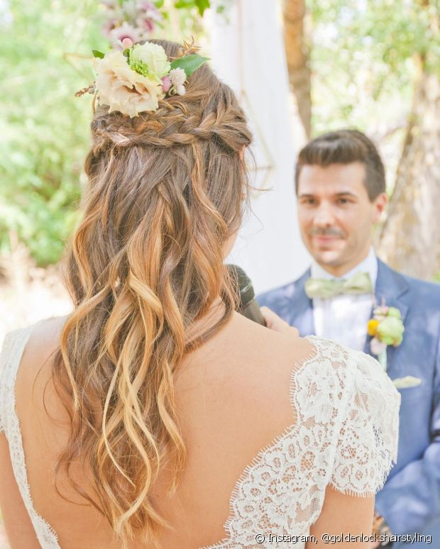 O penteado semipreso pode fugir do tradicional com a ajuda de um trançado