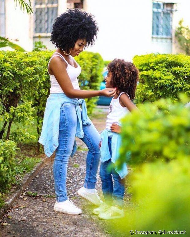 'Não obrigo minha filha a seguir um padrão. Só tento fazer ela entender que a beleza não está apenas no cabelo, mas, sim, em todo o conjunto', afirmou a blogueira