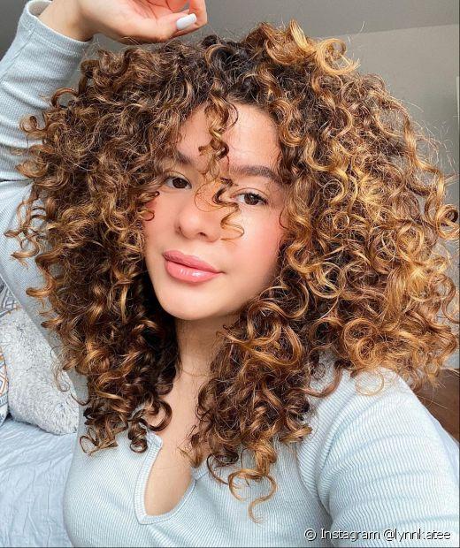 Os cabelos cacheados ficam ainda mais valorizados com o corte em camadas (Instagram @lynnkatee)