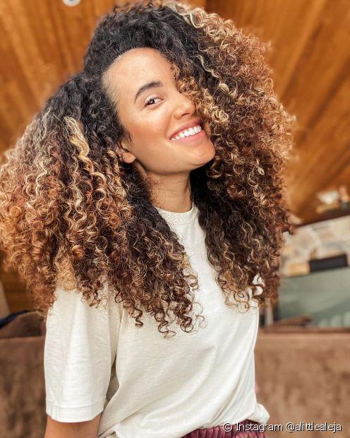 Não se esqueça de fazer a manutenção do corte em camadas em cabelo cacheado a cada dois meses (Instagram @alittlealeja)