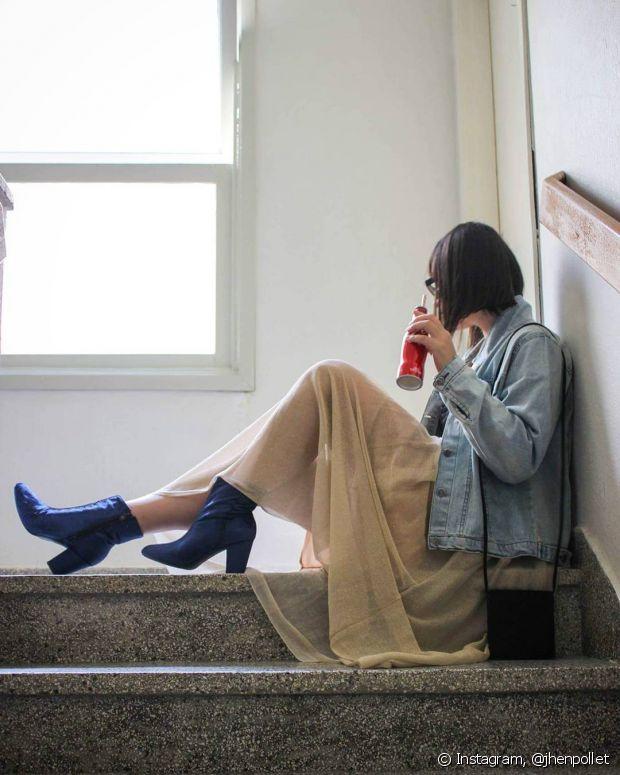 A bota de veludo de cano curto fica super estilosa quando combinada com uma saia longa mais leve