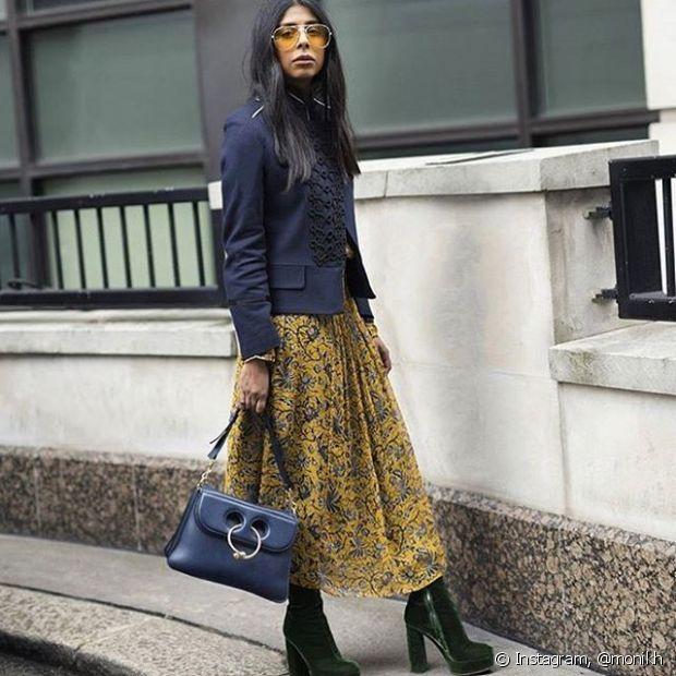Use as botinhas de veludo com uma saia estampada para compor um look cheio de estilo