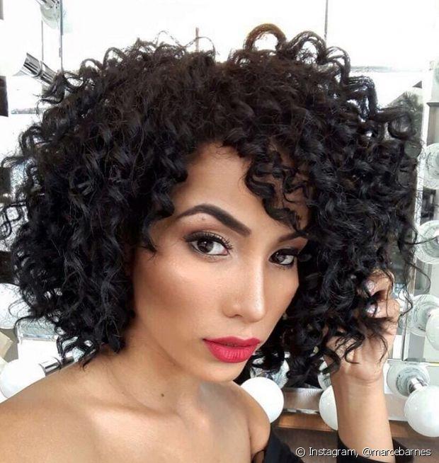 É possível texturizar os cabelos com o papel higiênico e a técnica garante cachos perfeitos