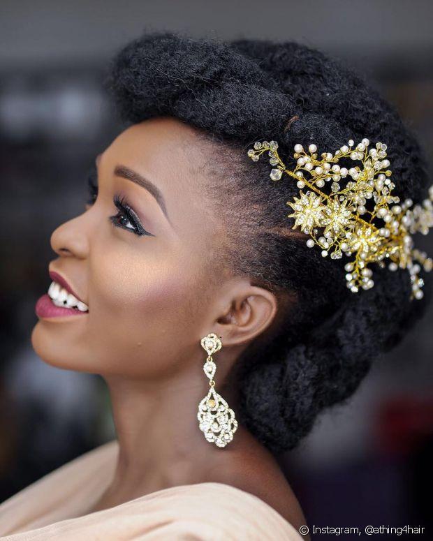Noivas negras podem apostar no blush beterraba ou cereja, e no iluminador mais dourado