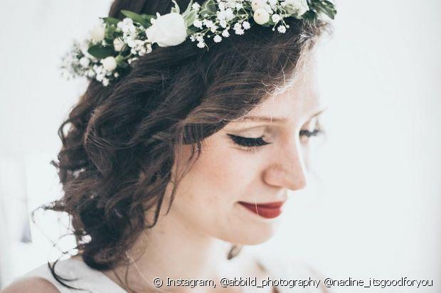Que tal usar o cabelo solto no grande dia, noiva? Capriche nas ondas com a tiara de flores