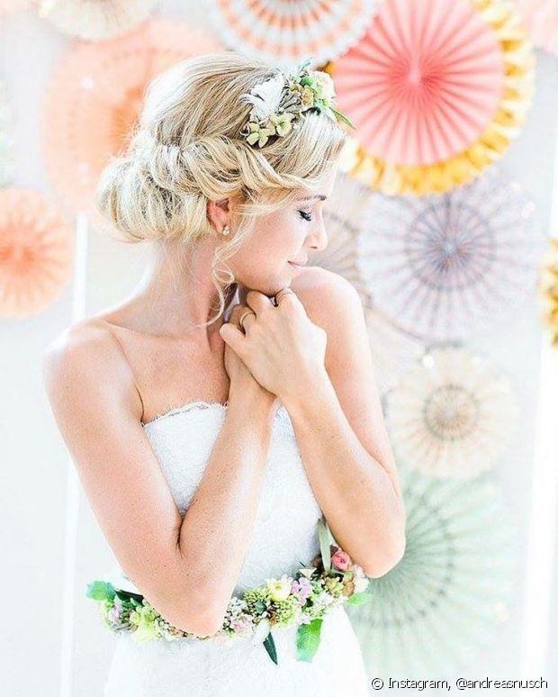 Os coques fogem da simplicidade com a tiara de flores