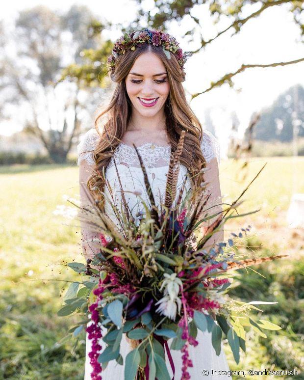 As flores são ótimas para ornamentar a cerimônia do seu casamento, mas que tal usá-las para completar seu penteado de noiva?