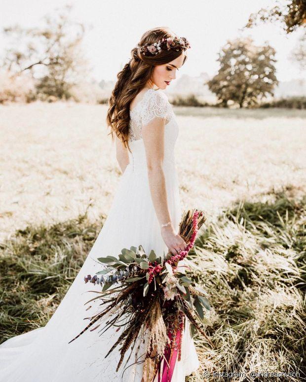 O visual semipreso é o favorito entre as noivas que querem usar a tiara de flores