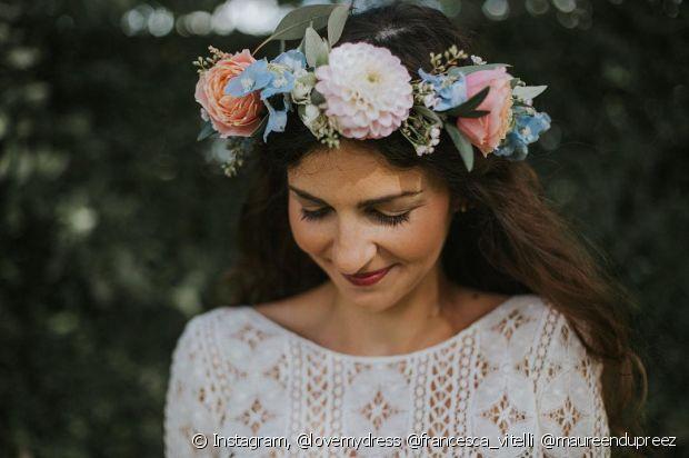 O tamanho das flores da tiara varia com seu estilo. Fique à vontade