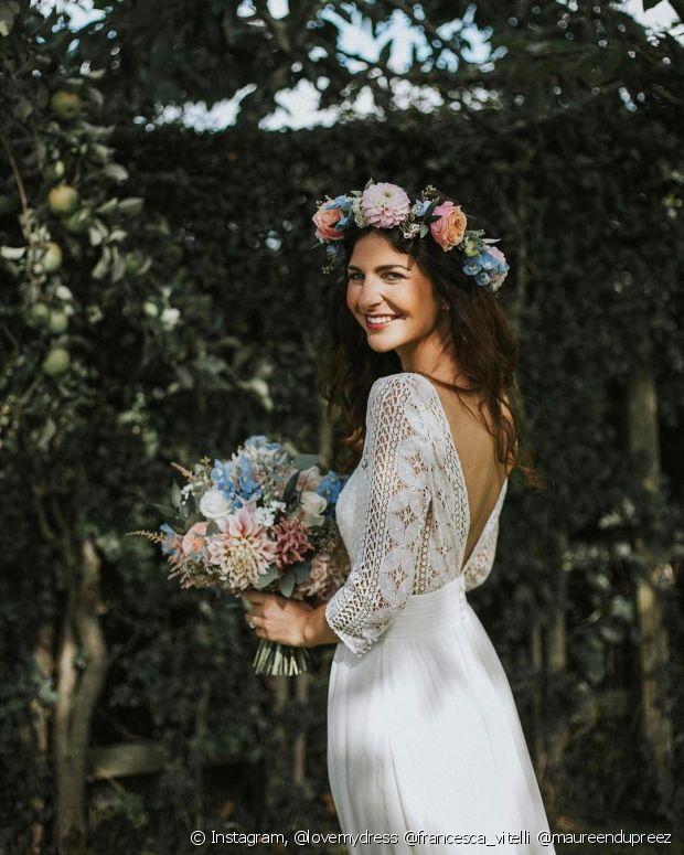 Os penteados combinados com uma tiara de flores deixa sua produção para o casamento ainda mais romântica