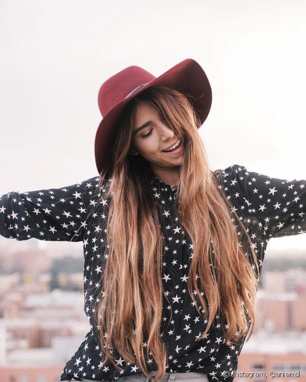 Os cabelos longos podem ficar mais moderninhos com o corte reto e franja