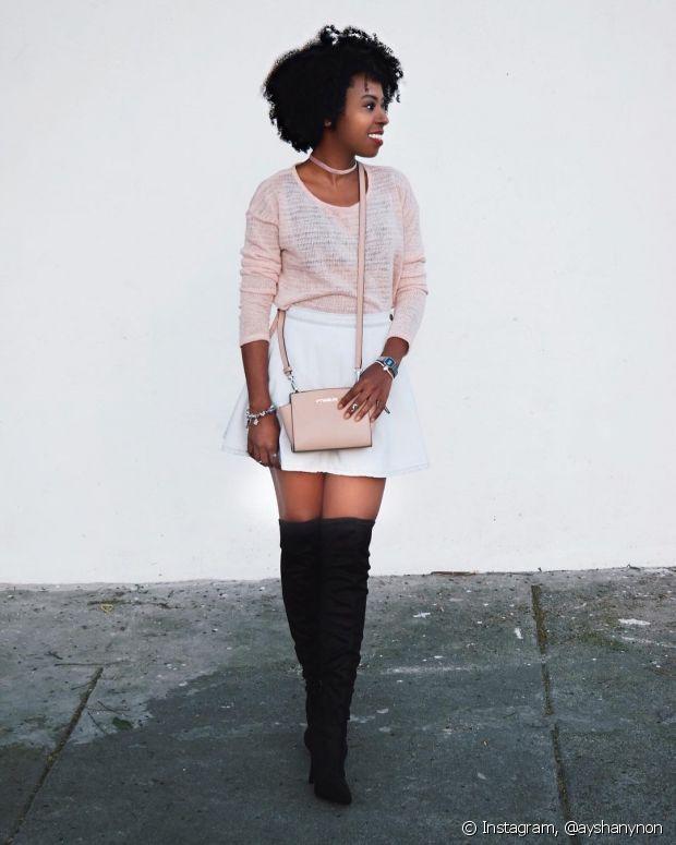 A bota em cima do joelho é linda para ser usada com roupas românticas, pois quebra a seriedade do look