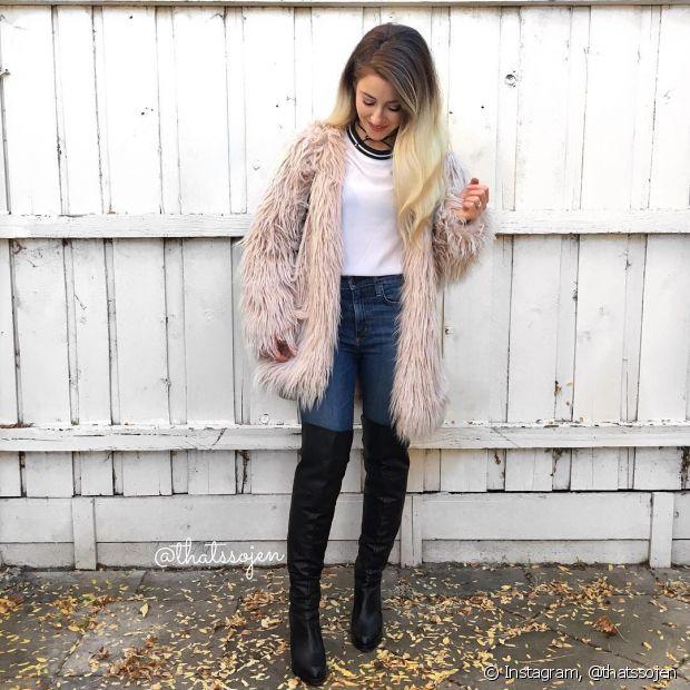Os casacos grandes são pares perfeitos para as botas em cima do joelho