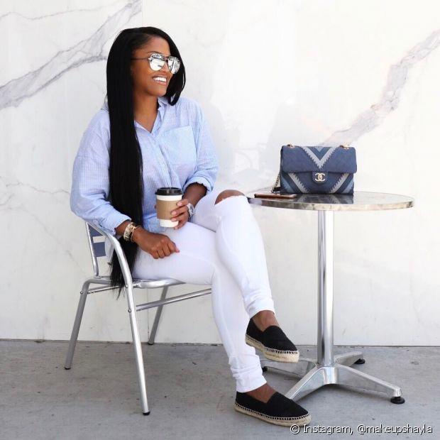 Os óculos espelhados podem ser usados com roupas mais básicas ou mais formais