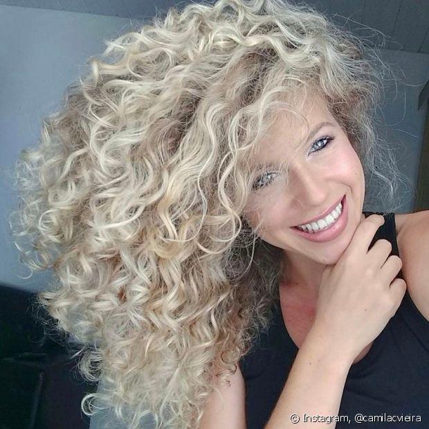 Use shampoos com menos sulfato, já que os produtos comuns ressecam o cabelo e causam o frizz