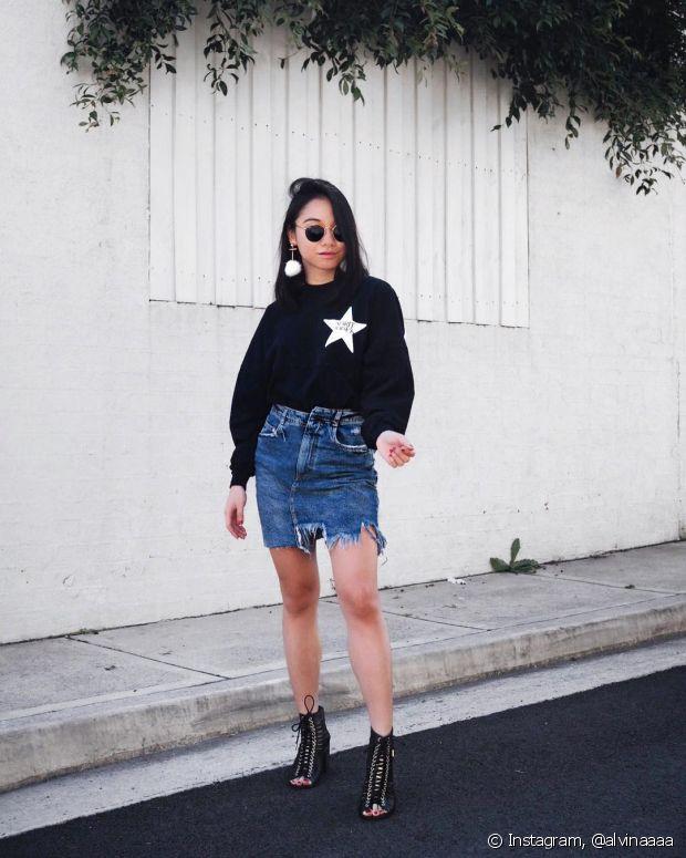 A saia jeans fica um charme com casaco e salto alto