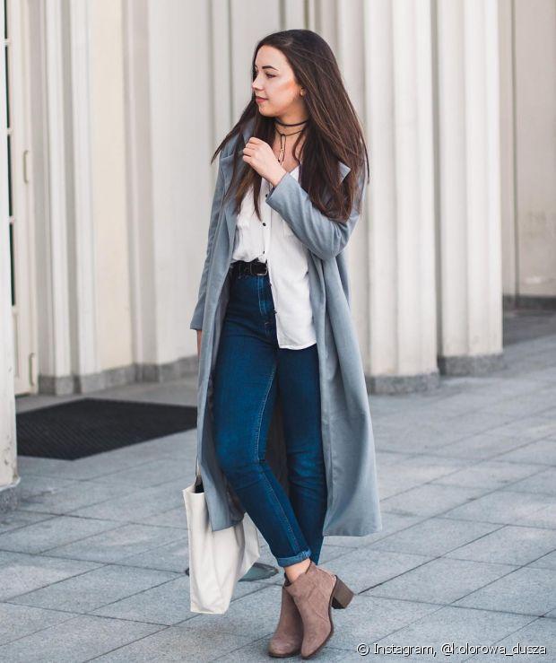 Para as estações mais frias, como outono e inverno, a calça jeans de cintura alta funciona muito bem a com botinha e o casaco bem comprido