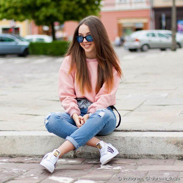 A combinação jeans e tênis é muito confortável para o dia a dia