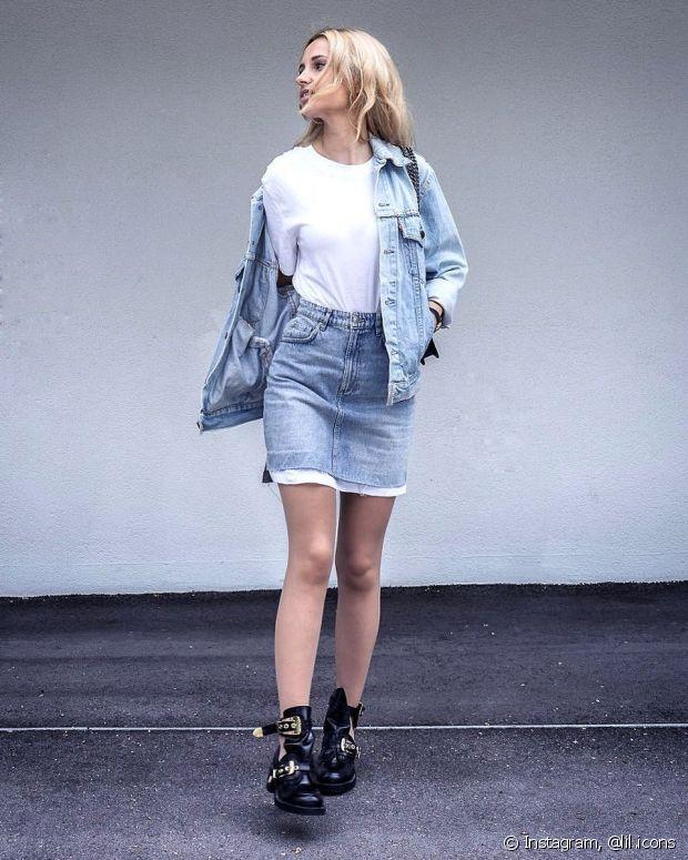Use a jaqueta jeans com saia de mesmo tom, camiseta básica e bota. Fica lindo e despojado!