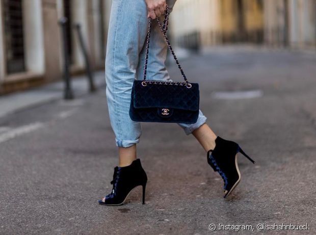 O sapato de salto alto e a bolsa deixam o jeans mais poderoso