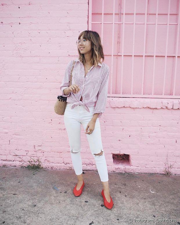 O jeans mais clarinho, combinado com peças em tons mais suaves, também deixa o visual bem charmoso