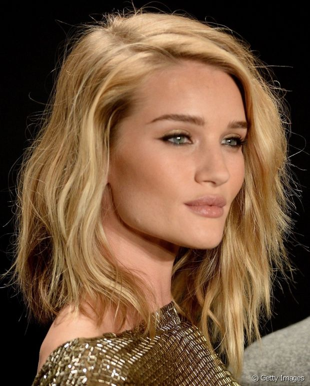 Apesar de clara, a pele de Roosie Huntington-Whiteley tem fundo dourado, o que orna perfeitamente com os fios loiros