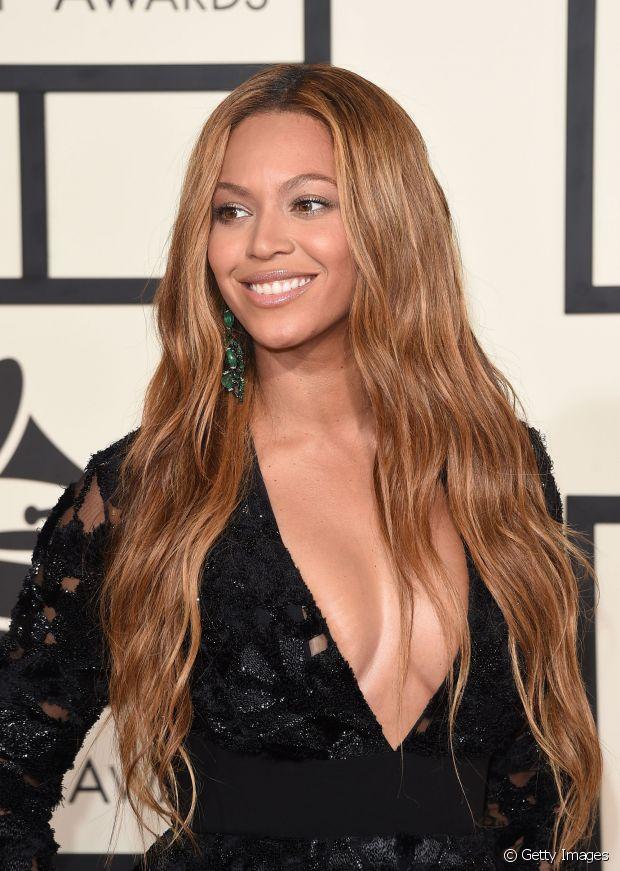 Beyonce tem a pele negra com fundo avermelhado e atualmente aposta em um loiro mel