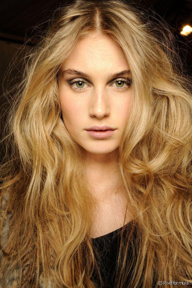 Os cabelos loiros são paixão nacional feminina e a variedade de tons possibilita mulheres das mais branquinhas às negras experimentarem a cor