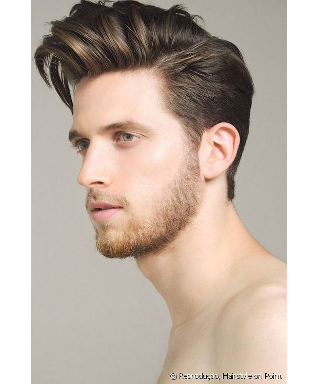 Indicado para cabelos lisos, o hairstyle tem fios volumosos no topo da cabeça e laterais levemente raspadas